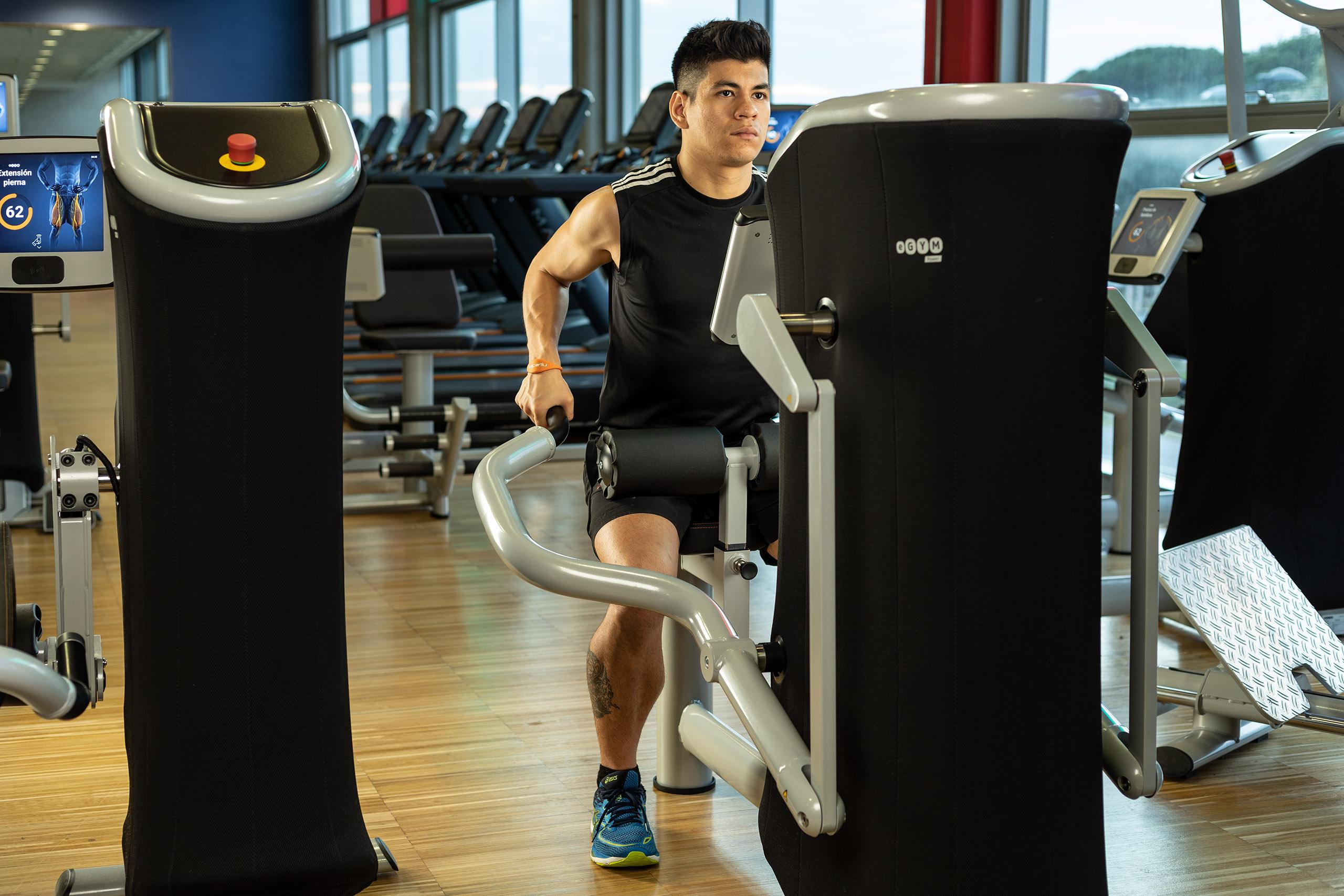 Fotografía de estudio con tres luces en sala de fitness