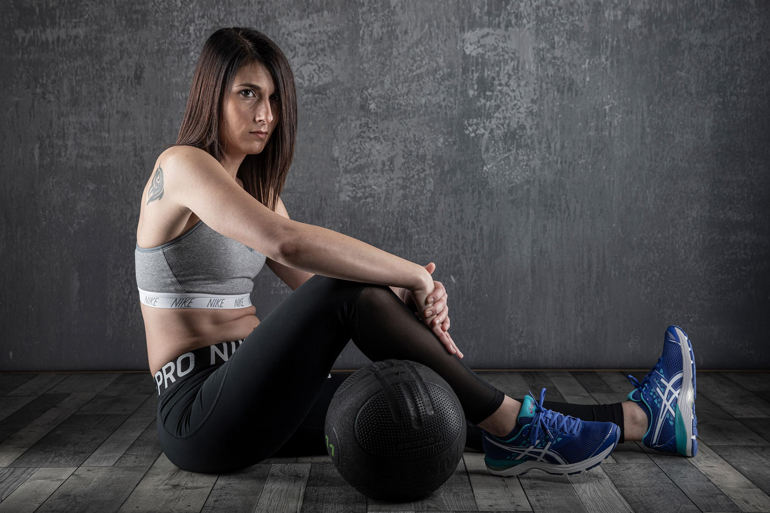 Fotografía de estudio fitness con tres luces y fondo de tela gris