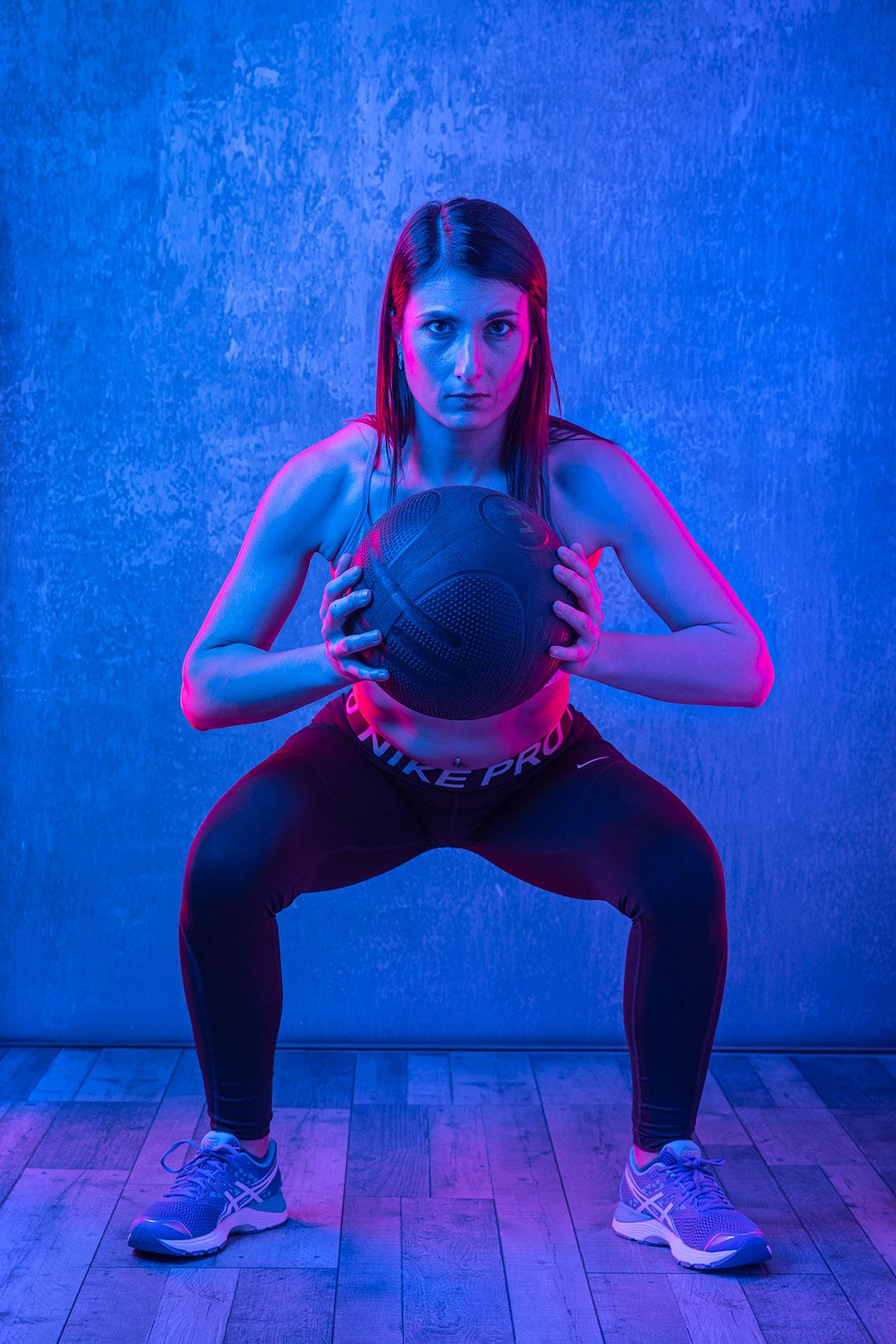 Sesión fotográfica de fitness en estudio con tres luces, y geles azul y magenta