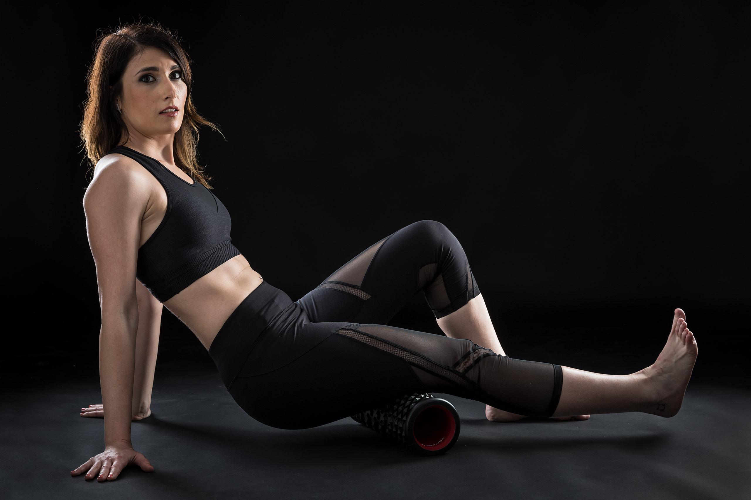 Fotografía de estudio fitness con dos luces y fondo negro