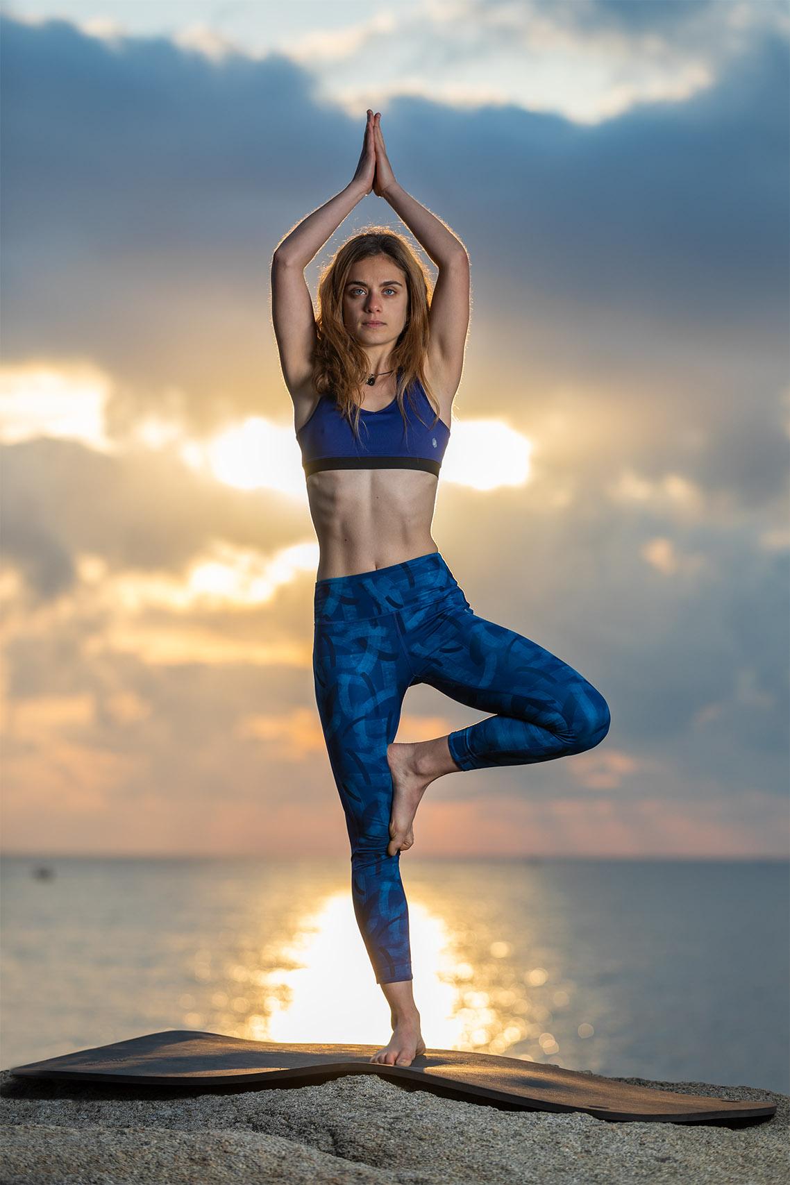 Sesión fotográfica de yoga en exteriores con flash de estudio