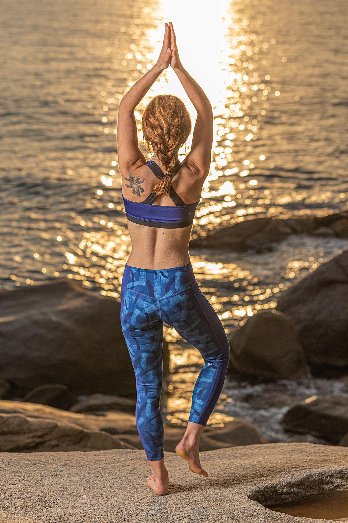 Fotografía de yoga en exteriores con flash de estudio