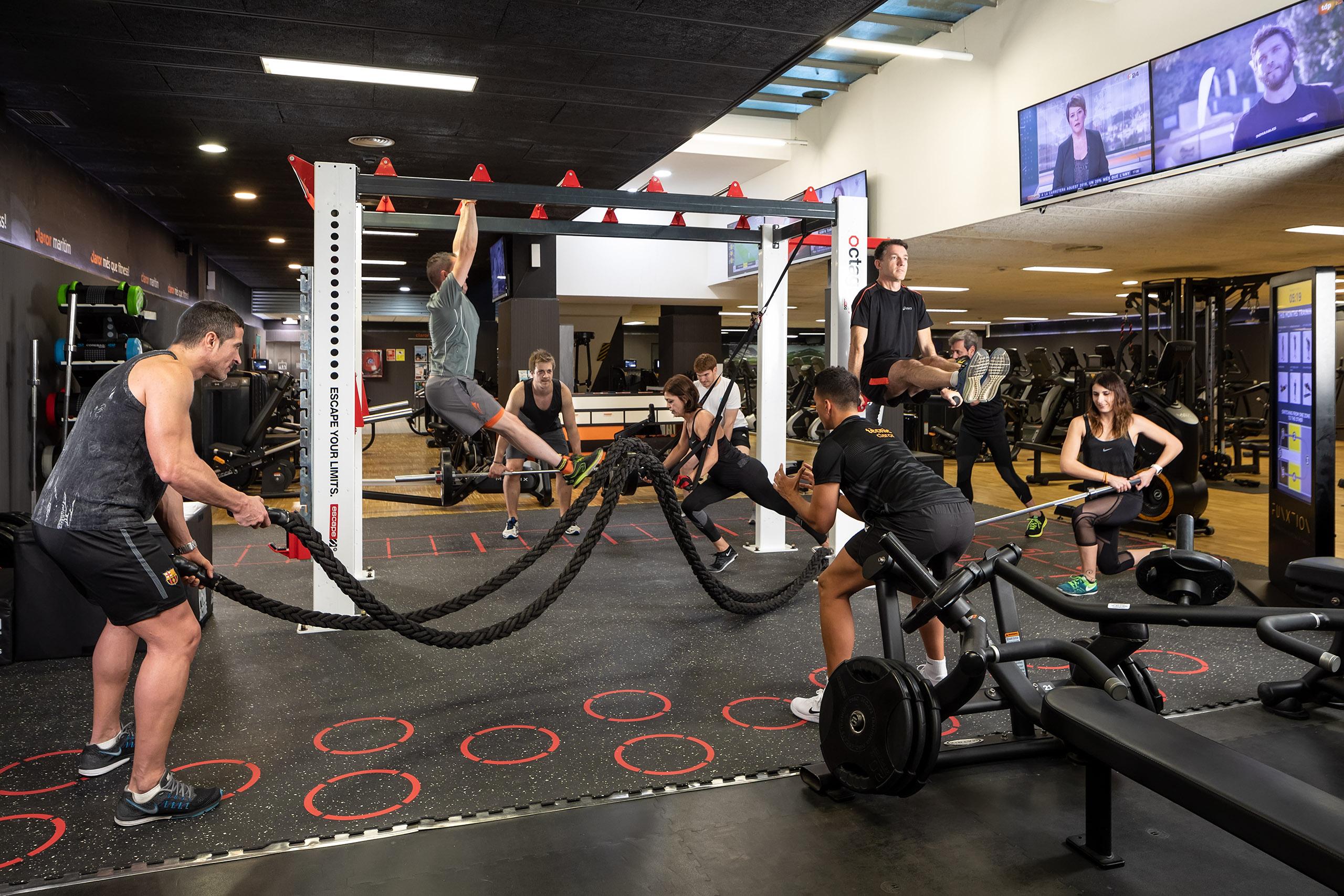 Sesión fotográfica de fitness con cuatro luces en un gimnasio