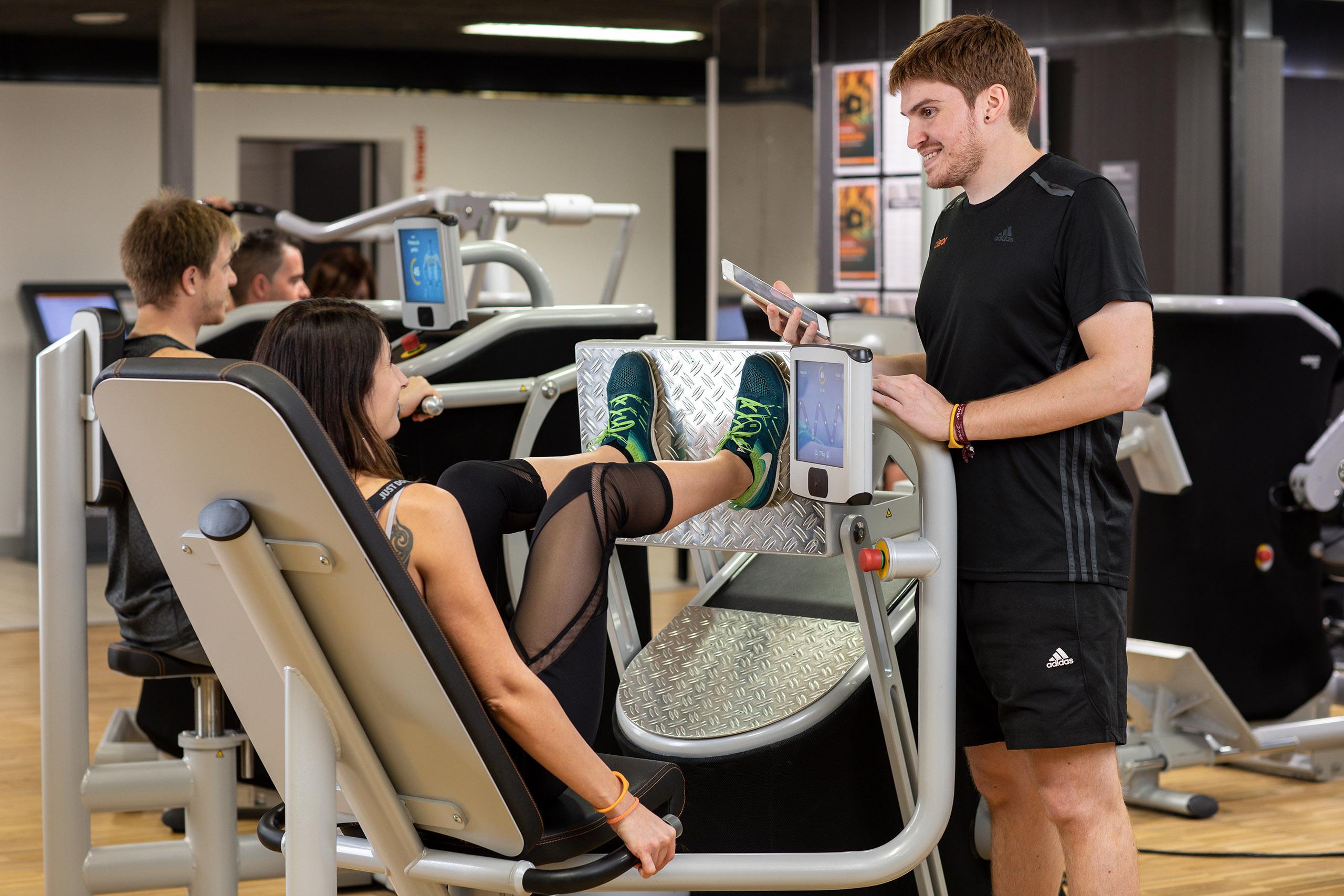 Sesión de fitness en un gimnasio, con dos luces