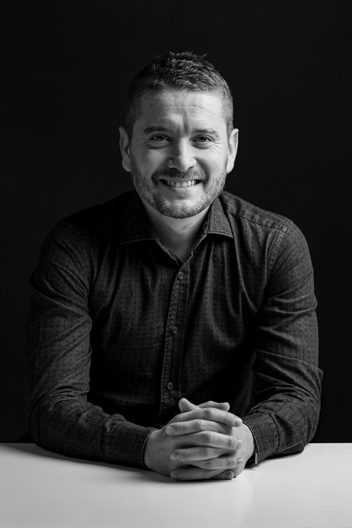 Retrato de estudio con un panel led y fondo negro